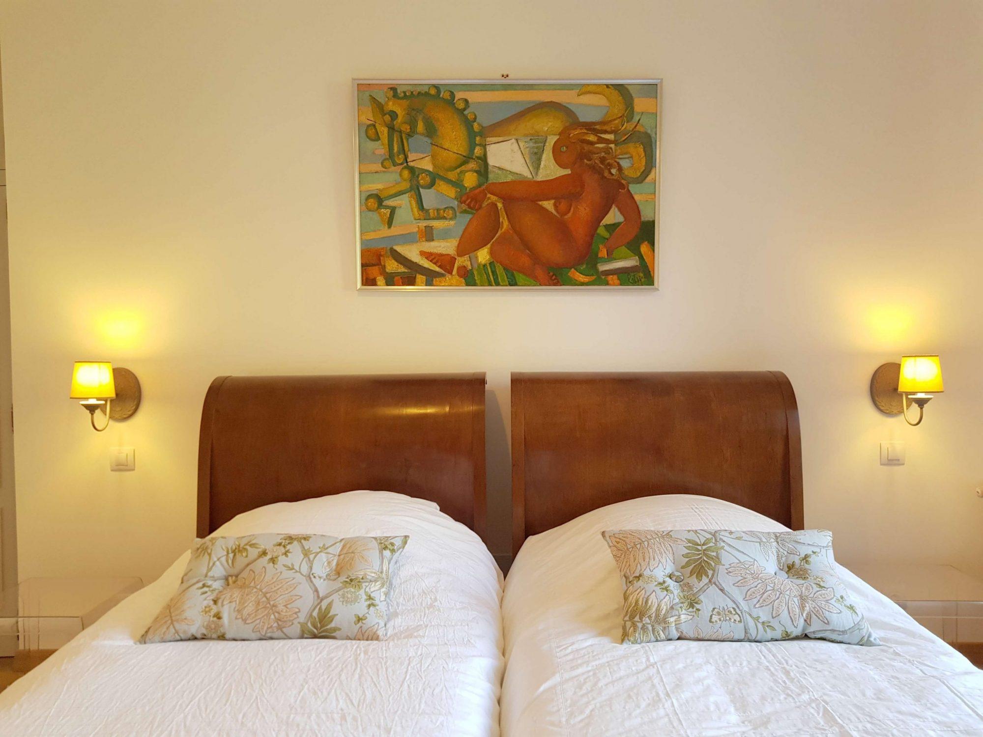 Chambre appartement au château de Salvert lits jumeaux tableaux