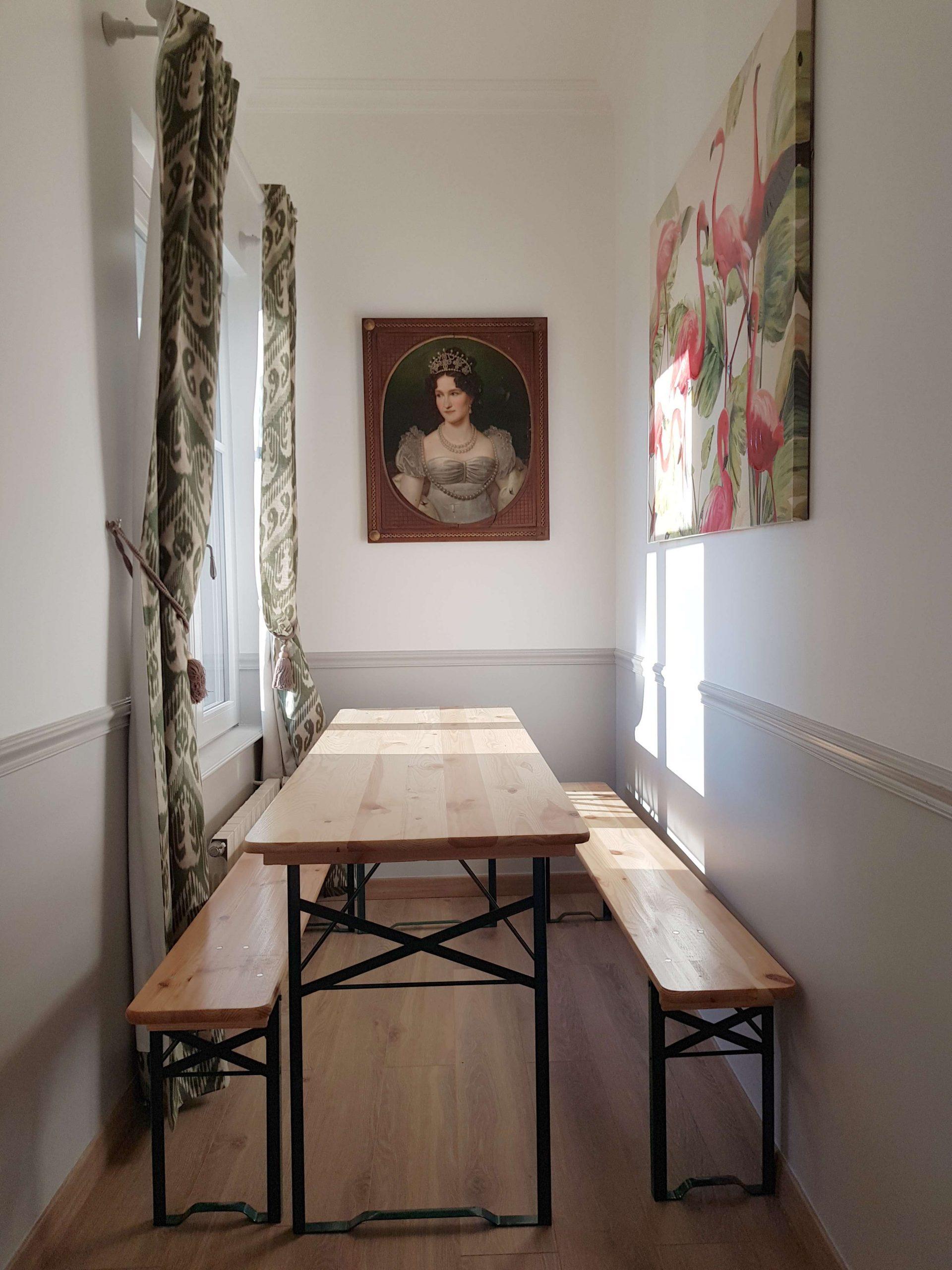 Salle à manger avec table et tableau dans l'appartement au château