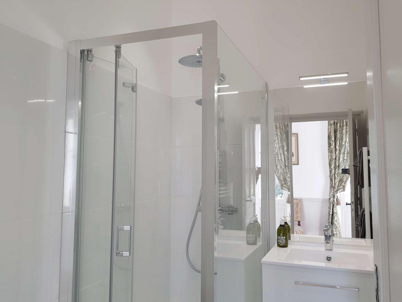 Salle de douche, appartement au château de Salvert