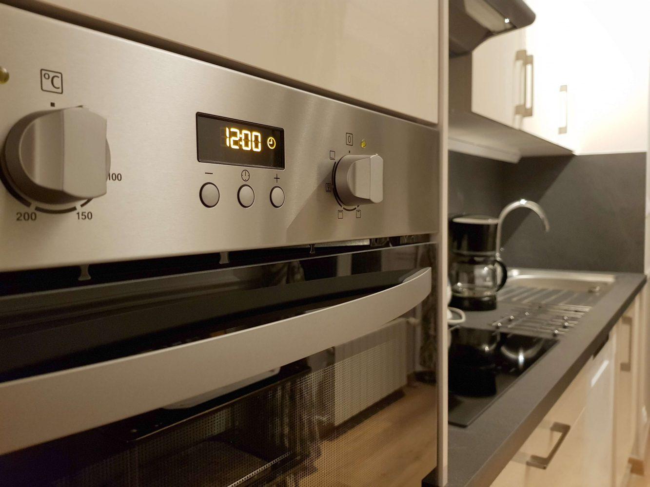 Cuisine équipée avec four hotte evier bouilloire dans l'appartement au château de Salvert