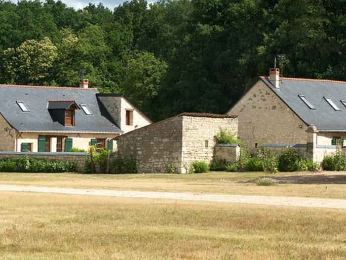 Vue exterieure cottage gite la brosse le pressoir dans le parc du chateau