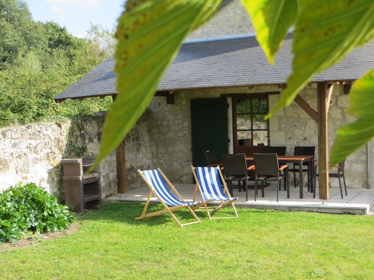 Gite avec piscine saumur la brosse chateau de salvert terrasse couverte