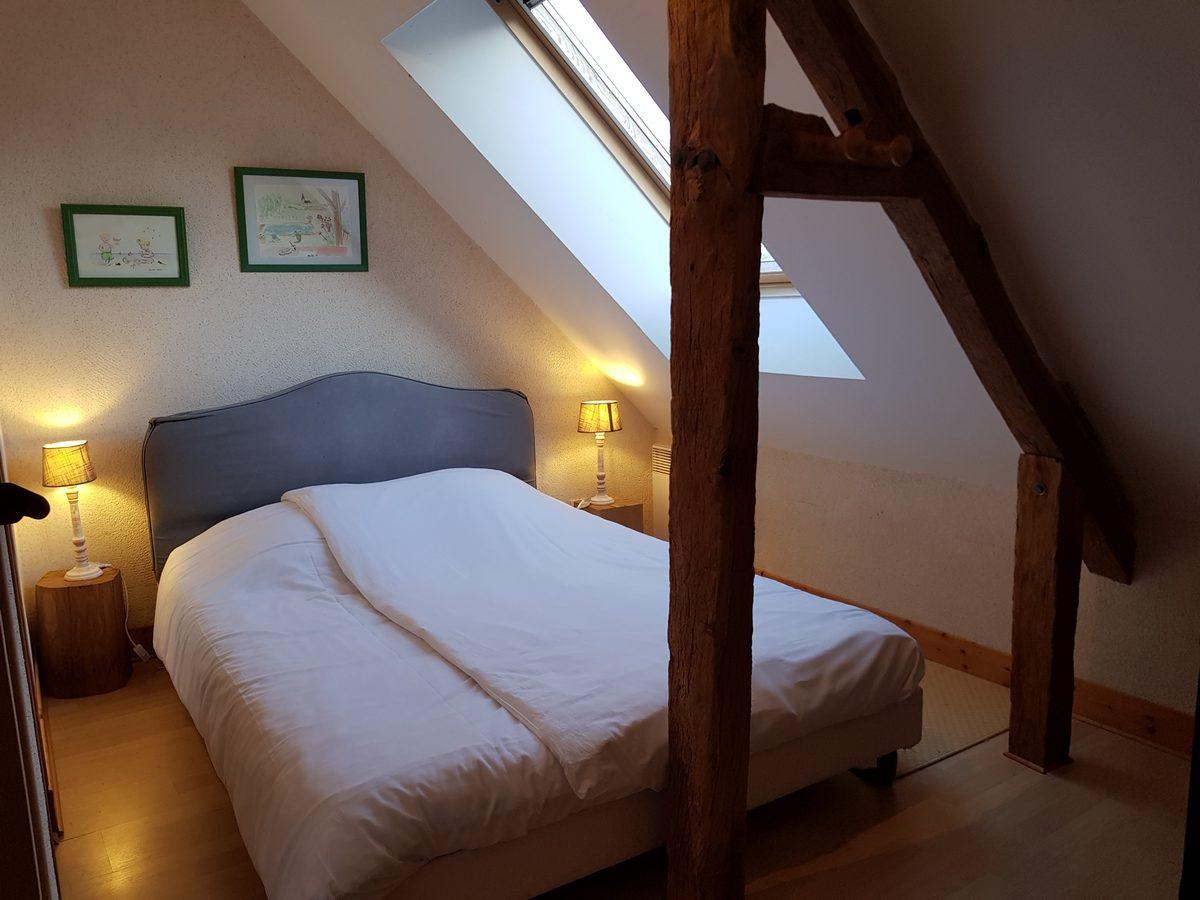 Chambre lit double poutres apparentes cottage gite le pressoir