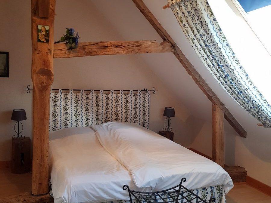 Chambre lit double cottage gite le pressoir dans le parc du chateau