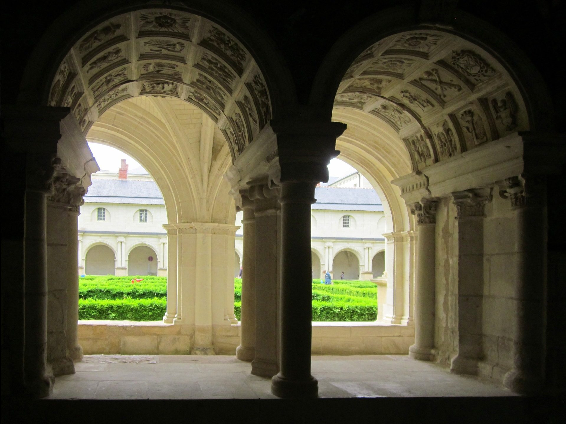 Cloitre jardin sculpture abbaye royal fontevraud tourisme