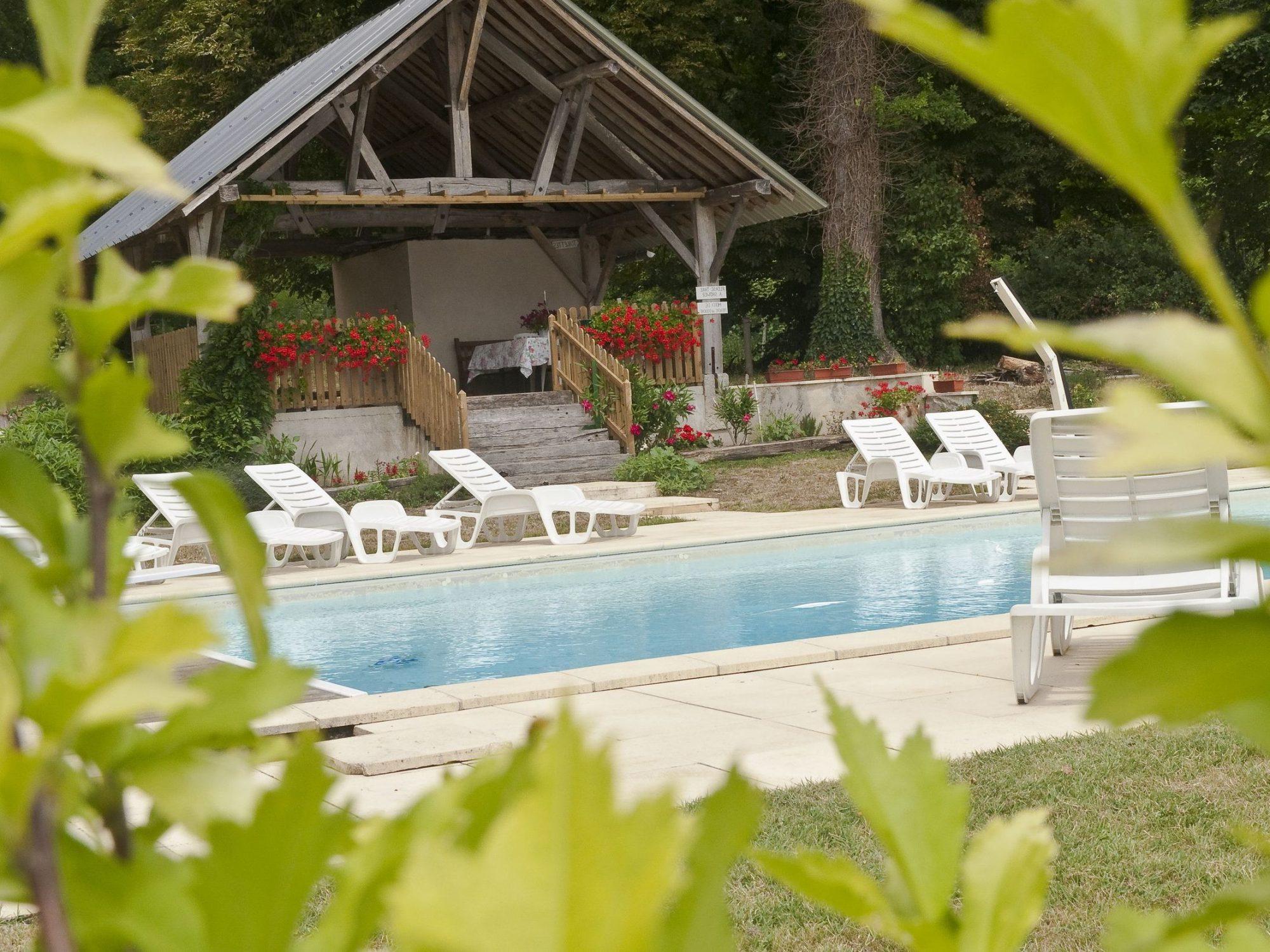 activité loisirs piscine plongeoir pool house chateau salvert gites appartement chambre d'hotes