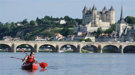 Canoës face au château de Saumur